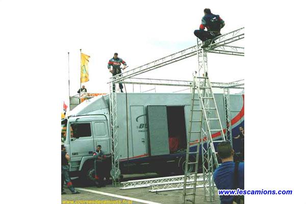 Les m?caniciens de Buggyra montent leur nouveau stand - Dijon 2001