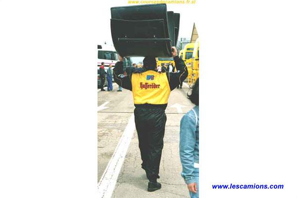 Un m?canicien du team Hasseroder - Dijon 2001