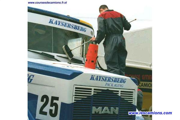 Nettoyage du camion de Bruno Ramonas - Dijon 2001